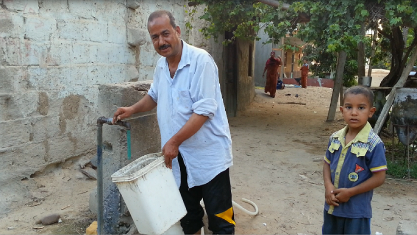 بالصور.. حنفية مياه واحدة لـ 3000 ضحية بعزبة الكهرباء