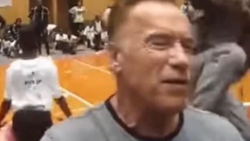 بالفيديو| ركلة تطرح شوارزنيجر أرضا في مهرجان رياضي