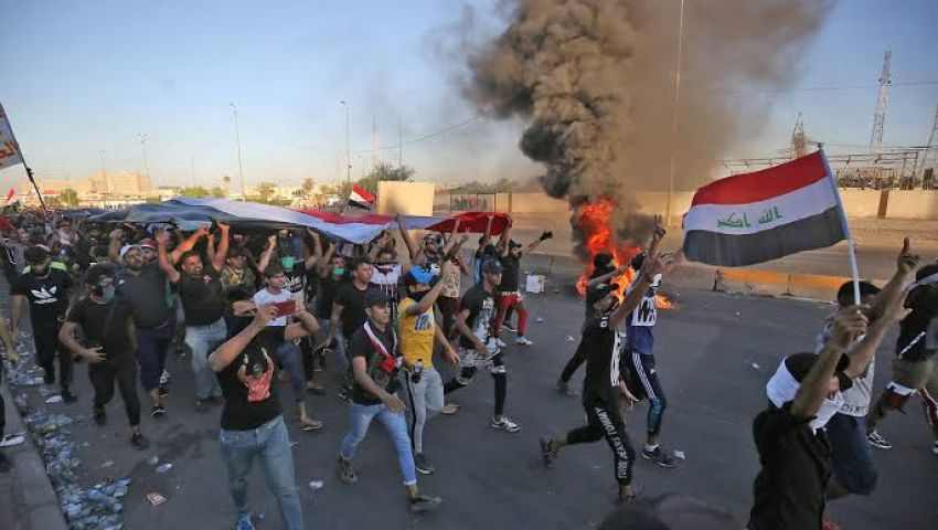 العراقيون يتظاهرون مجددا بساحة التحرير.. هل يلحق عبد المهدي بالحريري؟