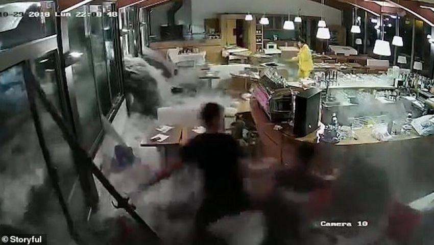بالفيديو| الأمواج تحطم مطعما وتجرف عماله بإيطاليا