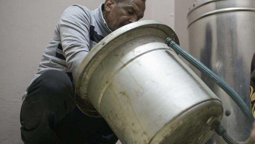 بالصور| مصري فقد بصره يقهر إعاقته بإصلاح الأجهزة الكهربائية