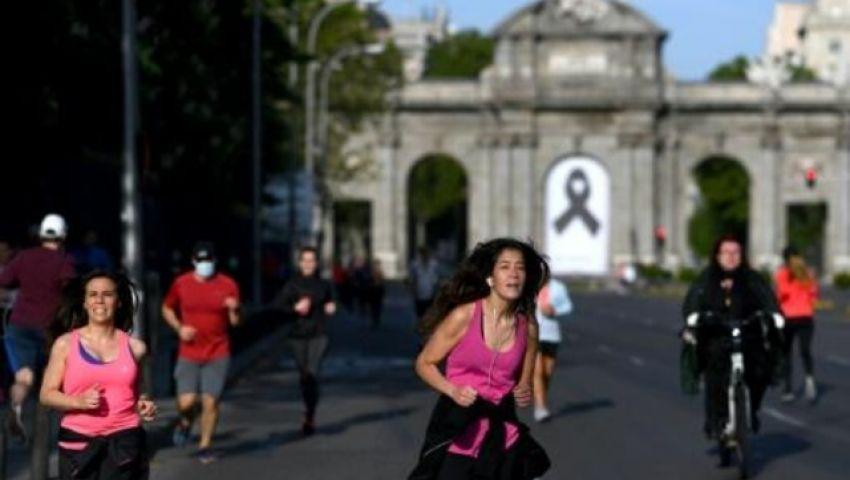 بعد 48 يومًا من عزل كورونا.. الإسبان يعودون إلى الشوارع