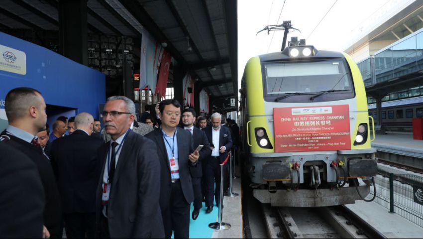 فيديو| في طريق بكين الجديد.. أول قطار لنقل البضائع من الصين لأوروبا يصل أنقرة