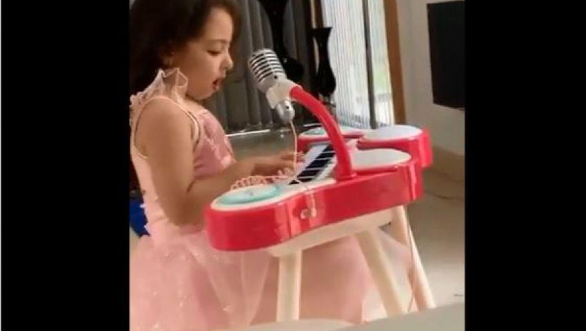 بالفيديو.. مكة محمد صلاح تغني بالإنجليزية وتعزف «البيانو» على تويتر