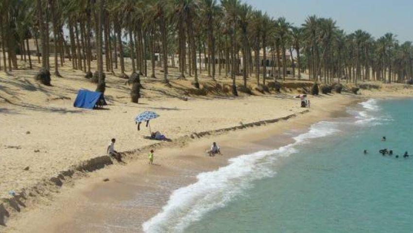 بأسعار تبدأ من 50 جنيهًا.. شاطئ العريش ملاذ أهالي شمال سيناء من حرارة الجو