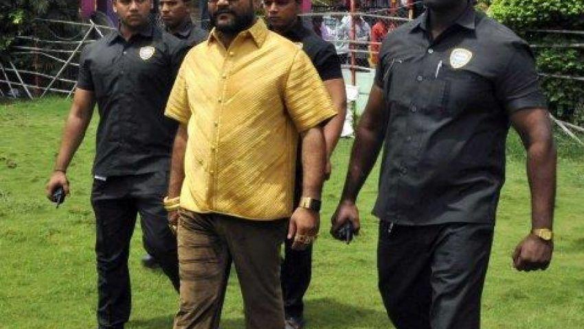 بالصور.. رجل أعمال يرتدي قميصاً من الذهب الخالص