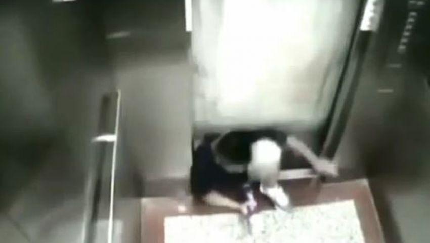 بالفيديو.. مصعد يفتك بطالب جامعي