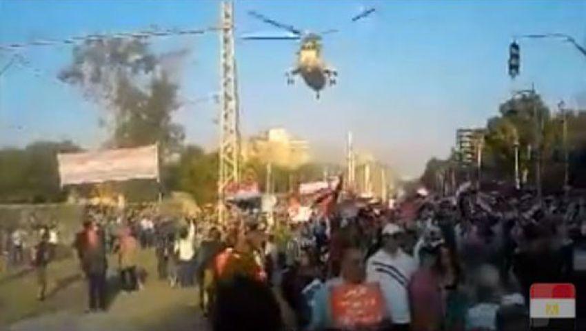فيديو.. طائرة عسكرية تحلق فوق متظاهري الاتحادية