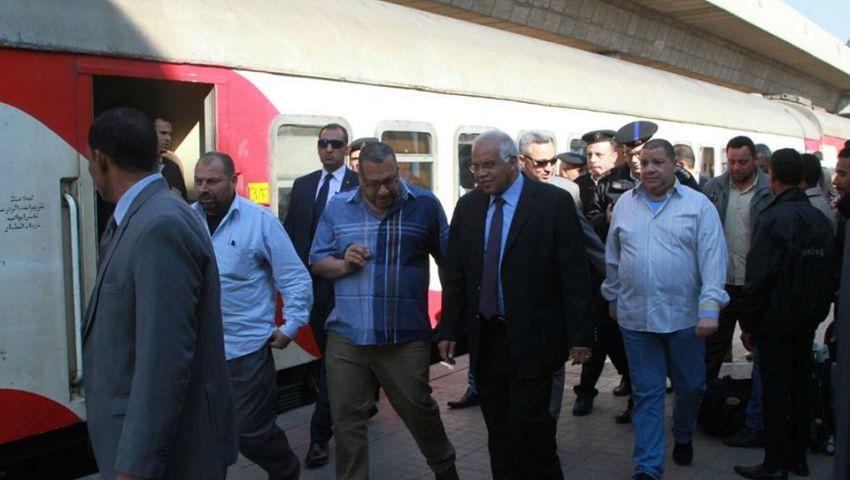 بالصور| وزير النقل يعنف موظفي النظافة بمحطة الجيزة