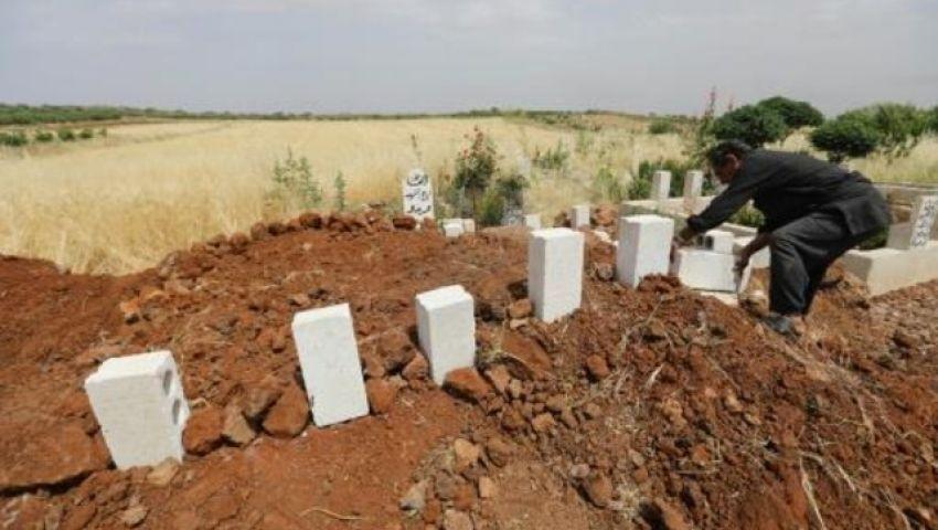 الفرنسية: مع تزايد القصف.. أهالي إدلب يحفرون القبور مستبقين سقوط القتلى