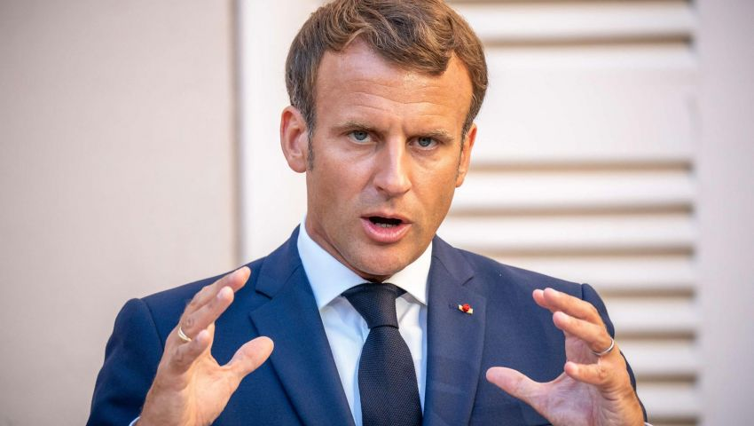 «لن نتخلى عن نشر الرسومات المسيئة للرسول».. عنصرية ماكرون تشتعل في فرنسا