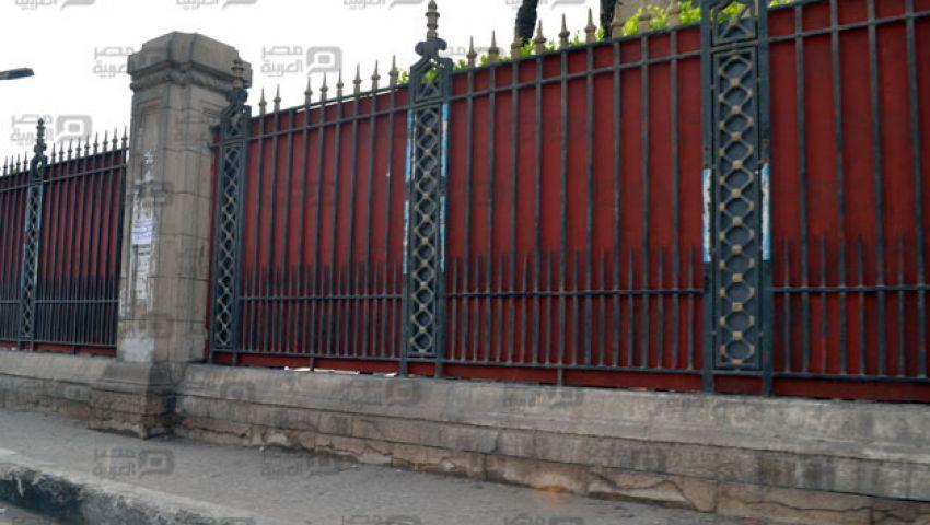 بالصور.. سياج الجامعة الأحمر يغضب الطلاب