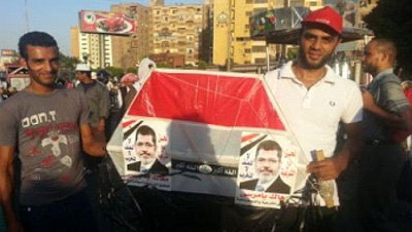 طائرات ورقية تحمل صور مرسي ردًا على طائرات الجيش