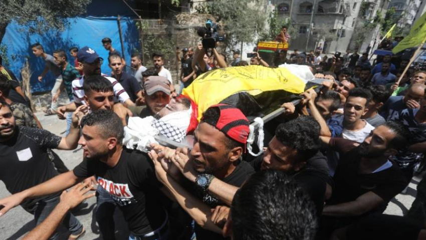 بعد مجزرة الاحتلال في غزة.. الآلاف يشيّعون جثامين الشهداء الثلاثة شمال القطاع
