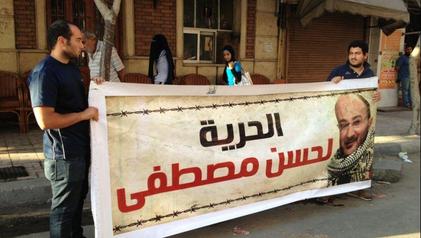بالصور.. إفطار جماعي لنشطاء الإسكندرية أمام منزل حسن مصطفى