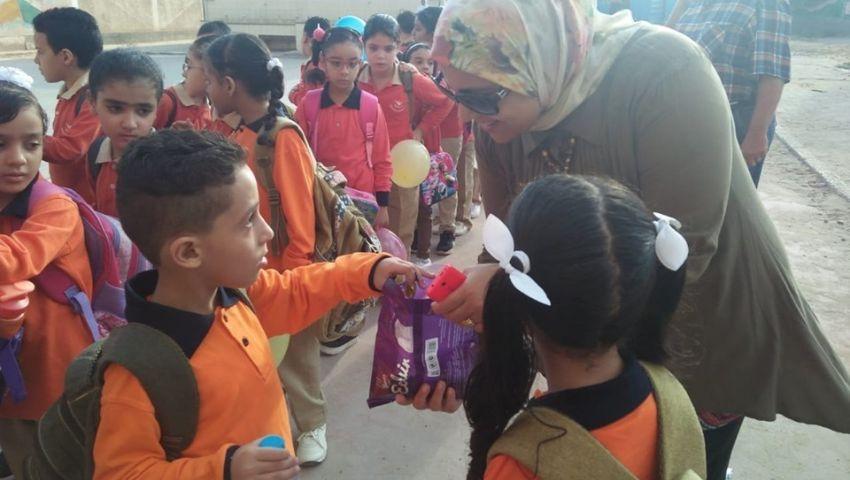 بالورود والبالونات.. هكذا بدأ العام الدراسي الجديد بمدارس الإسكندرية