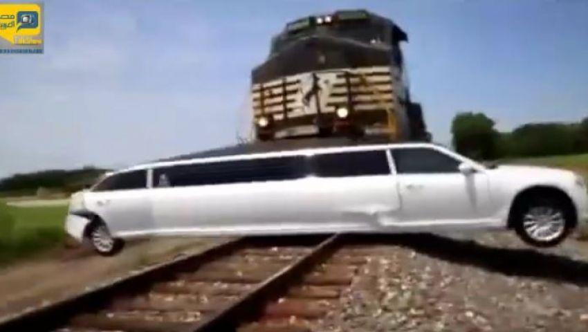 فيديو..لحظة تصادم قطار بسيارة ليموزين بأمريكا