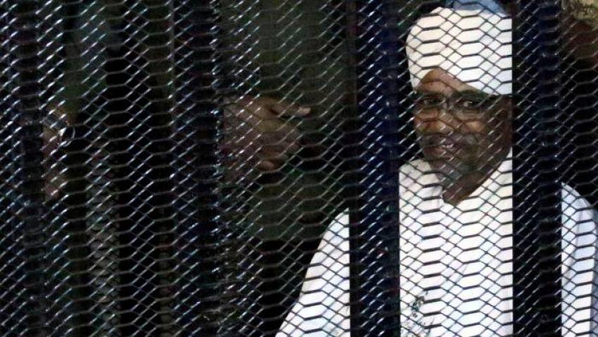 فايننشال تايمز: وجود البشير بقفص الاتهام.. لحظة فارقة في تاريخ السودان