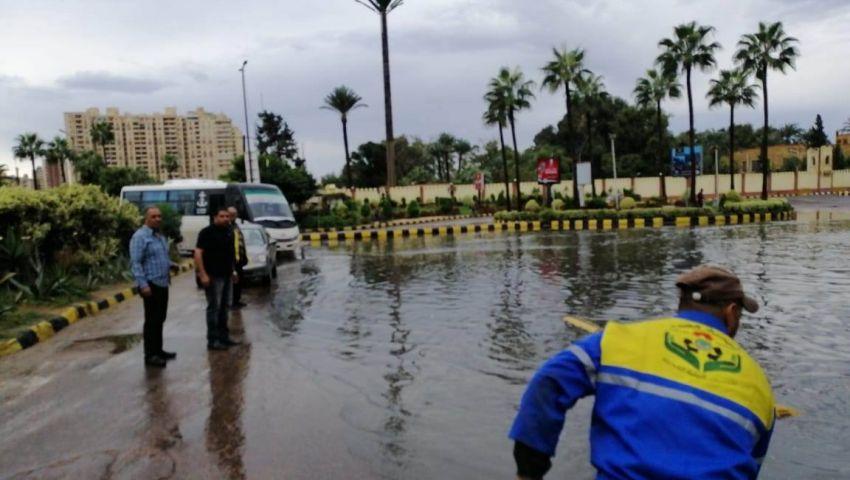 صور|عمال الصرف الصحي جنود مجهولون في شتاء الإسكندرية القارس