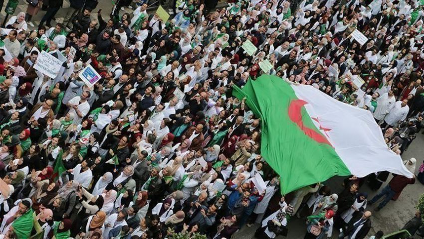 في الجمعة الـ 17.. الجزائريون يوزعون «الزبادي» احتفالا بسجن أويحيى