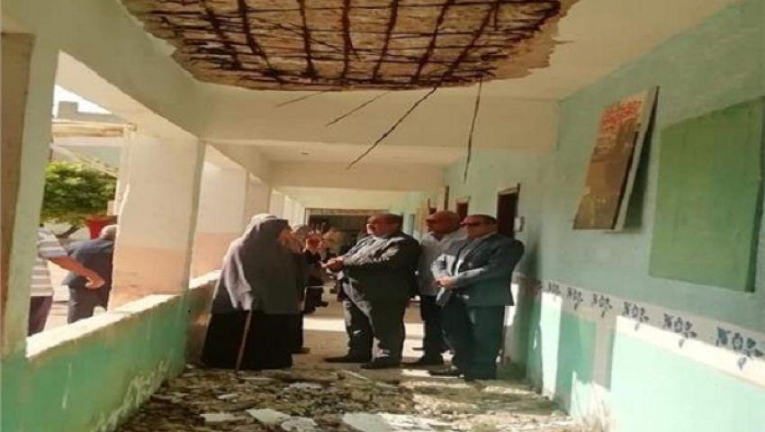 صور| أول يوم دراسة..إخلاء مدرسة سقط سقفها بالمنوفية
