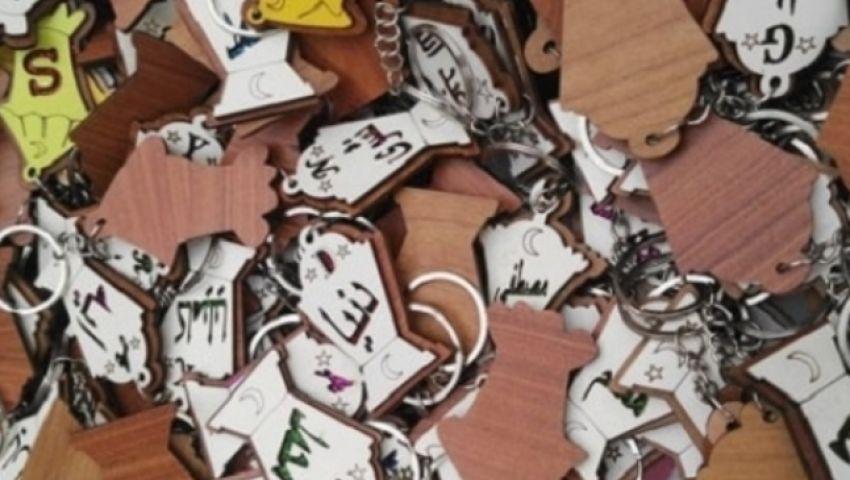 «ميداليات فانوس رمضان».. تجار: الواحد بـ3 جنيهات والدستة بـ24 والفتيات أكثر إقبالًا