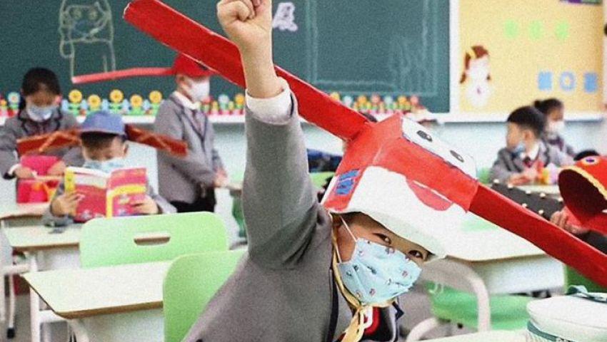 بالفيديو| قبعات خاصة لطلاب المدارس في الصين بسبب كورونا