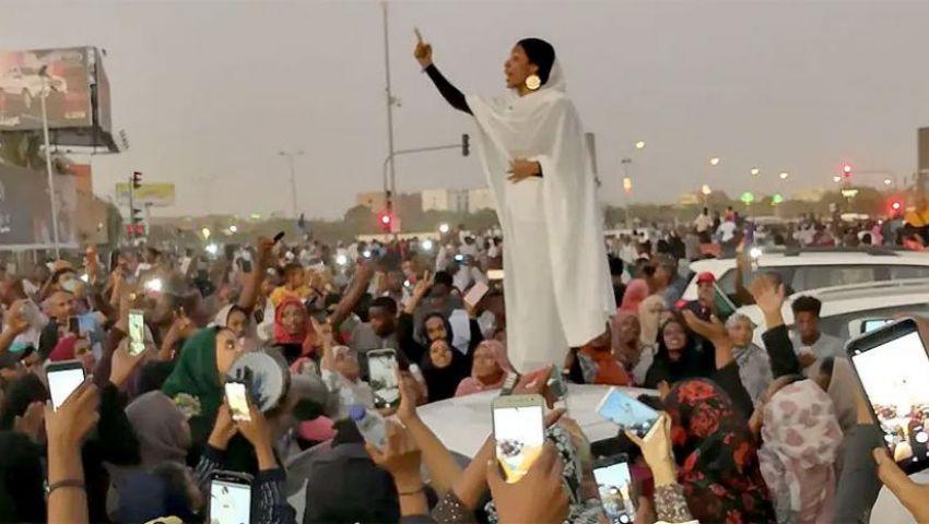 وصفت بتمثال الحرية.. من هي «كنداكة» التي ألهبت الثورة السودانية؟