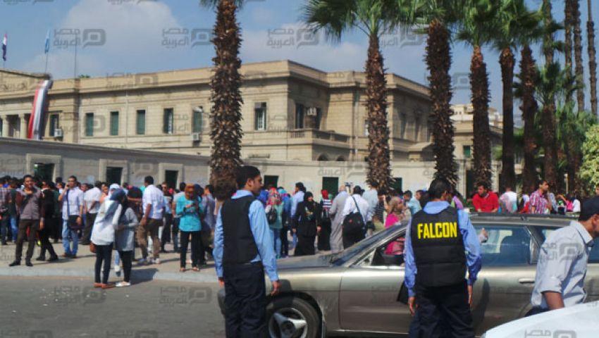 بالفيديو والصور.. طلاب القاهرة خارج أسوار الجامعة بسبب فالكون