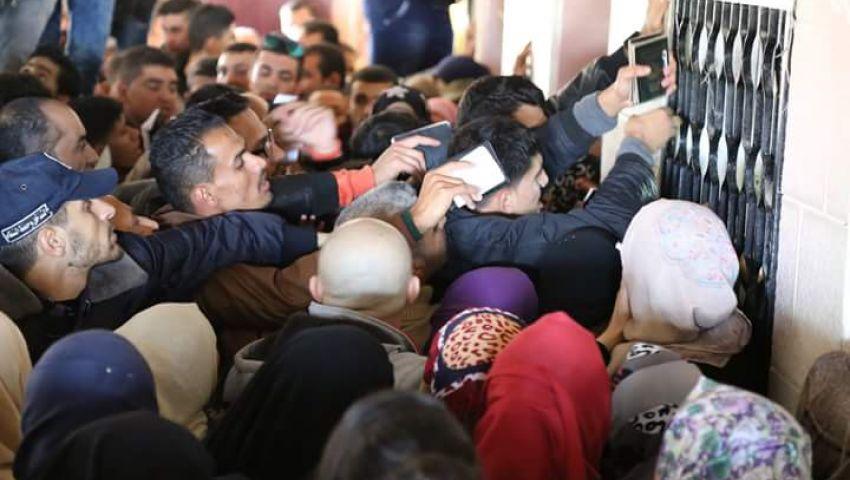 بالصور.. معاناة الفلسطينيين أثناء عبور منفذ رفح