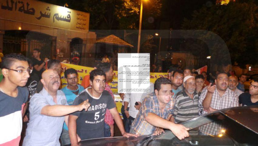 بالصور.. العشرات من الأهالي يطالبون بفض اعتصام النهضة