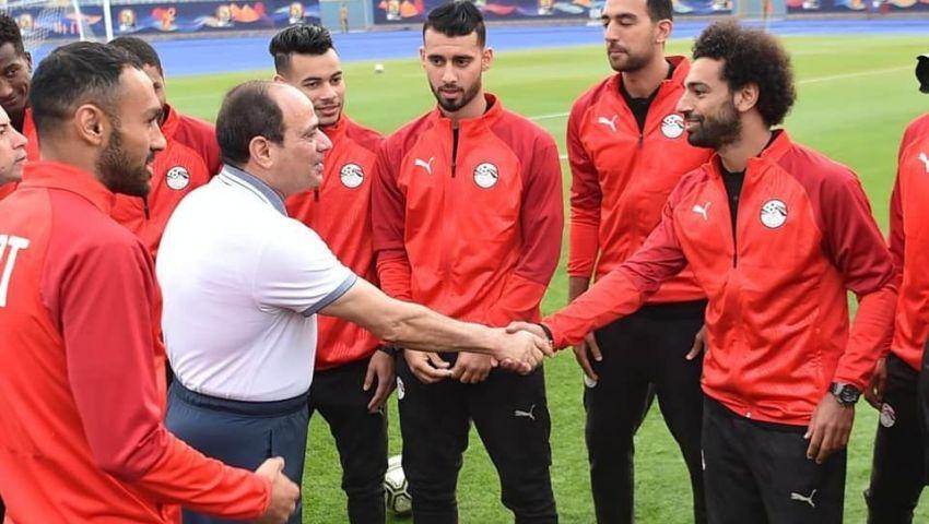 صور: كواليس زيارة السيسي للمنتخب المصري ورسالته إلى صلاح