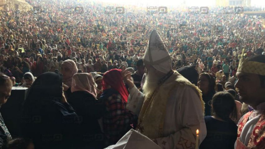 بالصور| آلاف المسيحيين يحتفلون بعيد السعف في دير سمعان بالمقطم