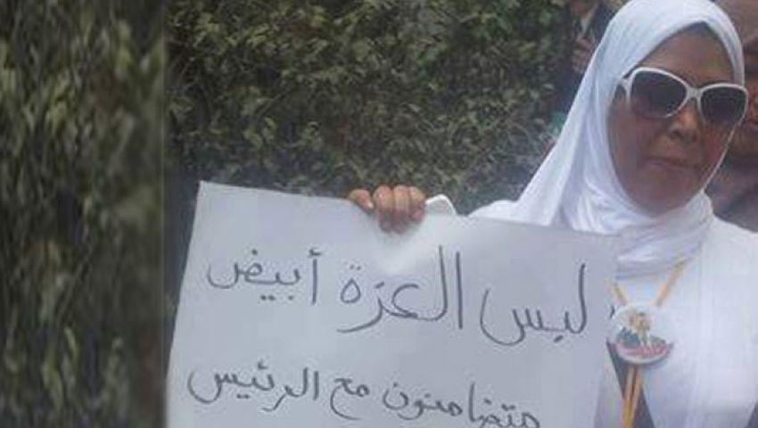 نساء يتضامنَّ مع مرسي بالزي الأبيض لون العزة