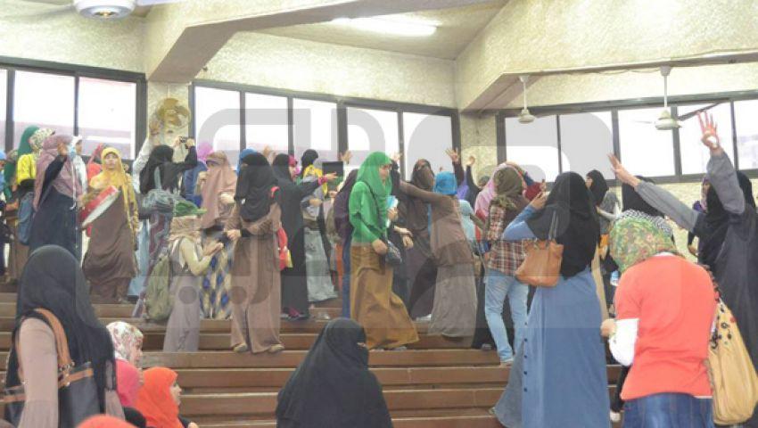 طالبات الأزهر وعين شمس يؤدون صلاة الغائب فى رابعة