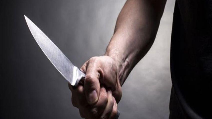 «بر الأبناء في رمضان».. شاب يطعن أمه بسكين والثاني يلقها من البلكونة