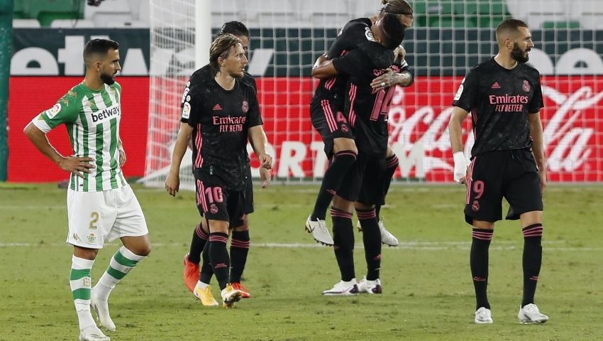 «الفار» بطل موقعة ريال مدريد وبيتيس.. بيليجريني غاضب وراموس يرد