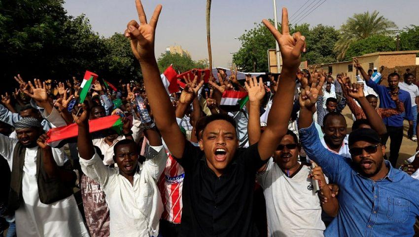 بعلامات النصر والأعلام.. السودانيون يحتفلون برحيل البشير(صور)
