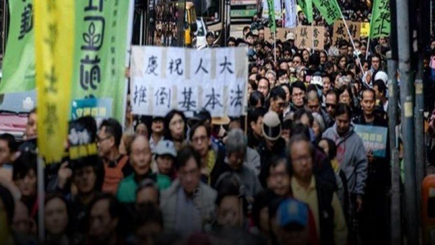 لليوم الرابع.. الآلاف يحتشدون بمطار هونج كونج احتجاجًا على قمع المتظاهرين