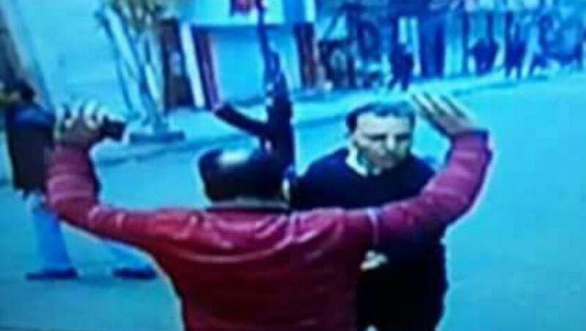 شاهد.. حقيقة الصورة المتداولة للمقدم عماد الركايبي وهو يتصدى للانتحاري