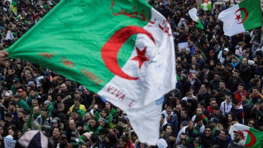 الجزائر في الحراك الـ22.. عين على الانتفاضة وأخرى على نهائي إفريقيا (فيديو)