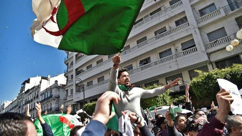 صحيفة كندية: المظاهرات تعم الجزائر و«الحقبة السوداء» تطل برأسها