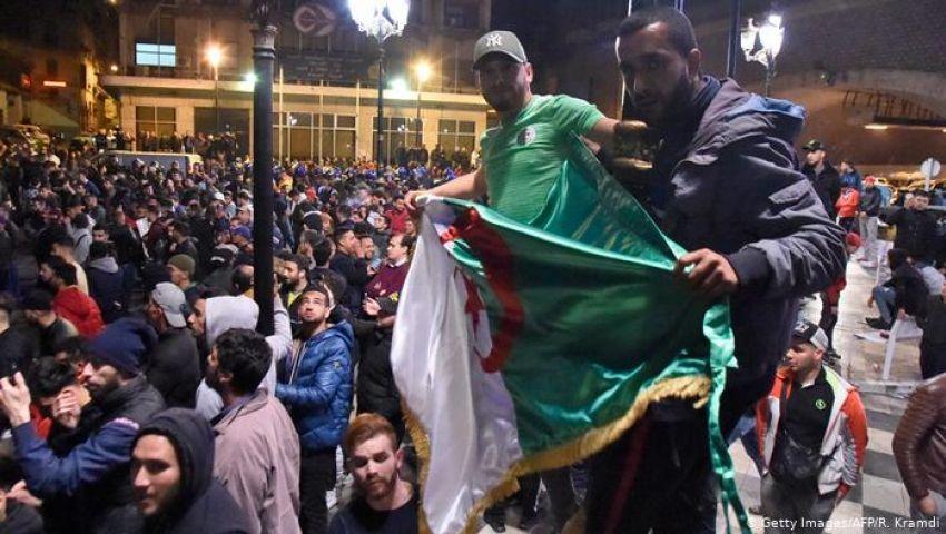 الآلاف يحتجون في الجزائر رفضًا لتعيين بن صالح رئيسًا