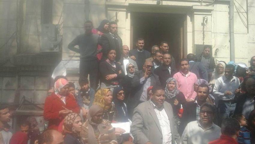 بالصور  محامون يحتجون ضد شروط تجديد العضوية.. وهتافات ضد سامح عاشور