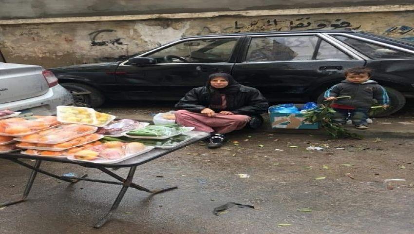 صور| أم محمد.. سكدنرية تبيع خضراوات جاهزة تخت زخات المطر