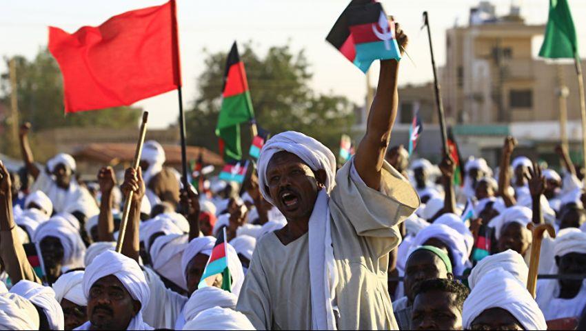 قطار سوداني ينقل مئات المحتجين للمشاركة في اعتصام القيادة العامة