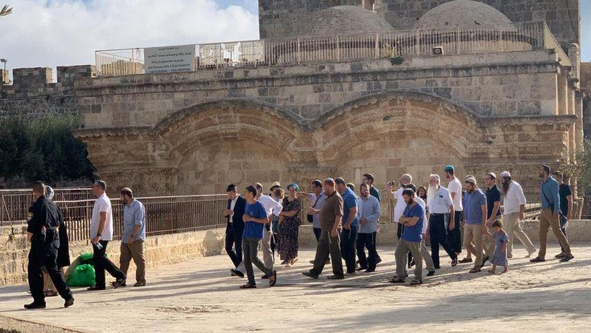 الخناق يشتد على الفلسطينيين.. مستوطنون يقتحمون الأقصى من جديد