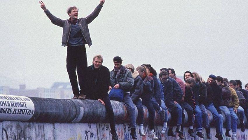 أوبزرفر : بعد 30 عاما من سقوط جدار برلين.. أوروبا تبدد وحدتها