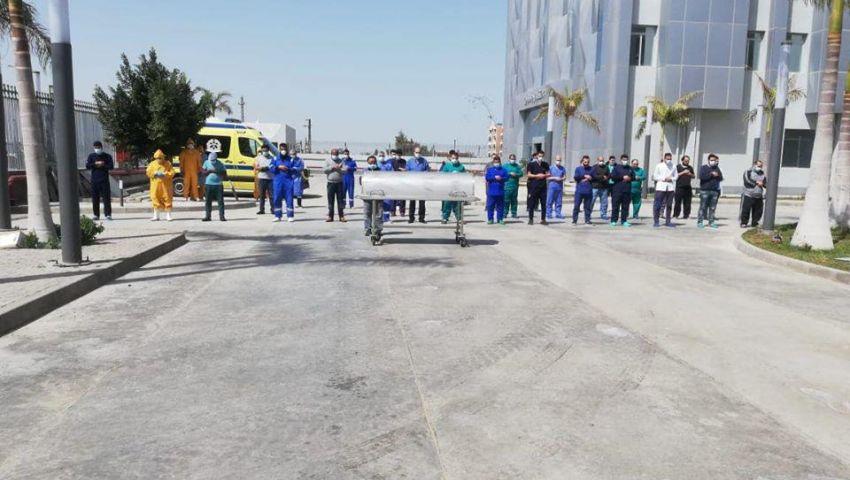 بالصور| هكذا أدى أطباء العزل صلاة الجنازة على زميلهم أحمد اللواح