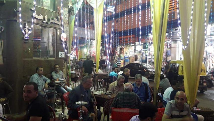 صور  مقاهي الإسكندرية تتحدى الغرامة وتواصل احتلال الأرصفة